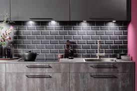 küchenspiegel mit dunklen metrofliesen bild 14 schöner