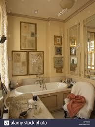 badezimmer mit gerahmten zeichnungen und kunst über