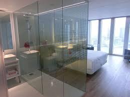 zimmeransicht badezimmer schlafzimmer nhow rotterdam suite