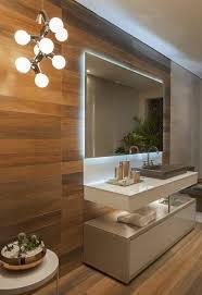 badezimmer deko in braun mit accessoires und pflanzen in