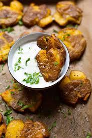 quetschkartoffeln vom backblech mit joghurt knoblauch dip
