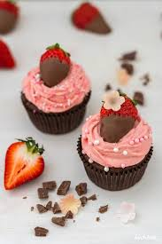 cupcakes mit brownie muffins und erdbeer frischkäse frosting