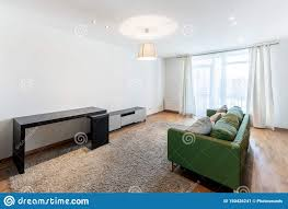wohnzimmer mit fenster und leerem raum stockbild bild