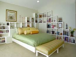 einfache deko ideen schlafzimmer mit wandregalen freshouse