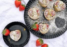 financiers französische mandelküchlein mit pistazien und erdbeeren