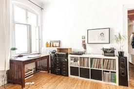 ein cooles arbeitszimmer helle und dunkle möbel kombiniert