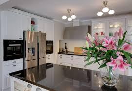 moderne küche im landhausstil geräumige stauraumfächer
