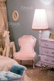 rosa prinzessin kämmerlein mit einer stehle kinder spielzeugpferd und eine schöne kommode bilder an den wänden luxus reich schlafzimmer