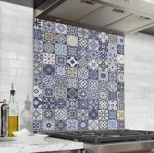 cuisine mosaique fond de hotte mosaïque jaune bleu verre alu credence cuisine deco