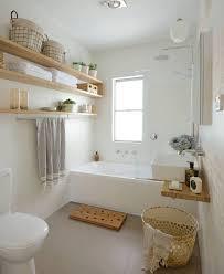 gäste toilette mit badewanne in hellen farben moderne