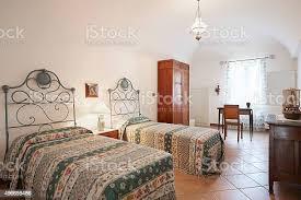 alte schlafzimmer mit zwei einzelbetten in der antike einrichtung stockfoto und mehr bilder 2015