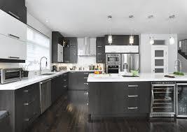 cuisine de comptoir cuisine vaste avec un îlot qui possède une grande surface de