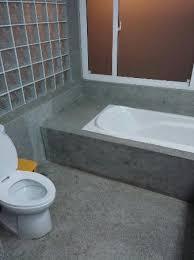 separation salle de bain salle de bain avec baignoire et et toilette au milieu en