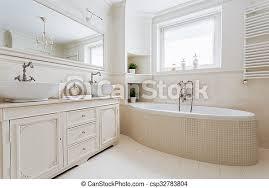französisches luxuriöses badezimmer mit fenster