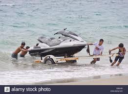 100 Playa Blanca Asia Grupo De Personas Tirando De Un Jetski Del Ocano En Un