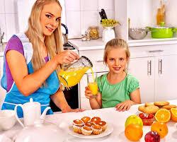 cuisine maman petit déjeuner de famille avec l enfant à la cuisine la maman