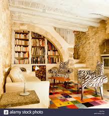 zebra sessel in einem rustikalen wohnzimmer stockfotografie