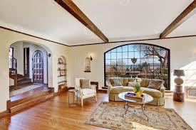 helles wohnzimmer in luxus englisch tutor haus 958106 stock foto