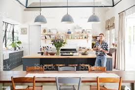 junge frau in eine offene kücheesszimmer stockfoto und mehr bilder architektonisches detail