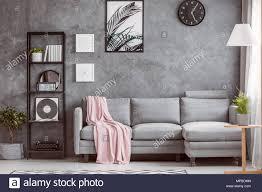 stilvolle wohnzimmer mit bequemen grauen ecksofa kleiner