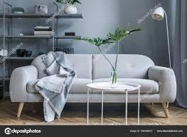 stilvolles nordisches wohnzimmer mit design sofa mit