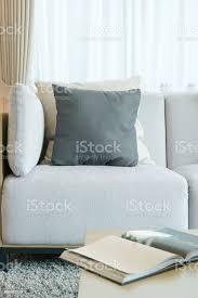 schwarz weißkissen auf grauen sofa im wohnzimmer stockfoto und mehr bilder beige