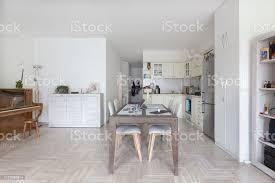moderne helle heimischen esszimmer einrichtung mit offener küche stockfoto und mehr bilder arbeitsplatte