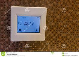 elektronischer thermometer im badezimmer stockbild bild