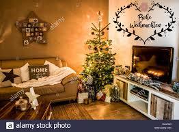 frohe weihnachten schöne wohnzimmer baum setup aith