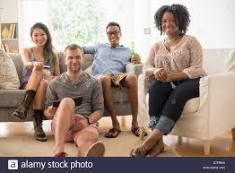 porträt der gruppe freunden im wohnzimmer sitzen