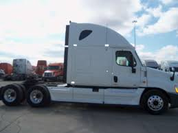 Semi Truck: Sleeper Semi Truck Semi Trucks For Sale Big Sleeper Single Axle Volvo Truck Tsi Sales Sideswiped Bathroom Upstairs Inside Peterbilt With 2019 20 Top Car Models Mack Sleepers Come Back To The Trucking Industry Competive Comparison Of 5 Yearold Orange Single Axle Sleepers For Sale