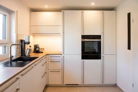 küche in l form mit hoher arbeitsfläche und mattweißer