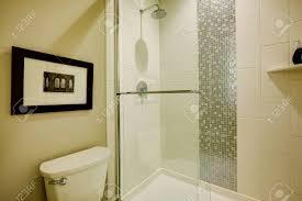 glass walk in dusche mit weißen u bahn fliesen akzentuiert mit vertikalen streifen mosaik fliesen in brandneuen haus bad northwest usa