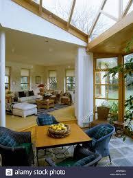 ein moderner wintergarten mit glasdach esstisch mit