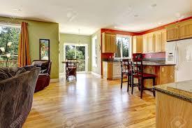 küche mit gelbem holz fußboden und wand in der nähe grüne wohnzimmer