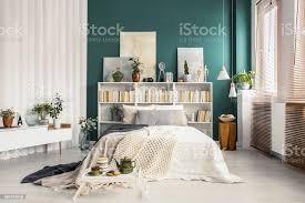 bücherregalkopfteil in grün schlafzimmer stockfoto und mehr bilder anrichte
