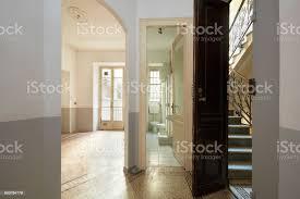 leer alte wohnung interieur mit bad wohnzimmer und treppe blick stockfoto und mehr bilder alt