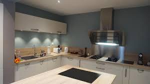 cuisines blanches et bois cuisine bleue et blanc bois et inox am esquisse photo n 34