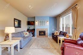 gemütliches wohnzimmer mit teppichboden kamin und teppich blaue wand gemalt