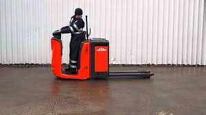 LINDE N20 PALLET FOR LIFT TRUCK SERIAL W4X132T01470 13 - YouTube Forklift Gabelstapler Linde H35t H35 T H 35t 393 2006 For Sale Used Diesel Forklift Linde H70d02 E1x353n00291 Fuchiyama Coltd Reach Forklift Trucks Reset Productivity Benchmarks Maintenance Repair From Material Handling H20 Exterior And Interior In 3d Youtube Hire Series 394 H40h50 Engine Forklift Spare Parts Catalog R16 Reach Electric Truck H50 D Amazing Rc Model At Work Scale 116 Electric Truck E20 E35 R Fork Lift Truck 2014 Parts Manual
