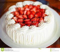 dessert avec creme fouettee gâteau délicieux de fraise avec les fraises et la crème fouettée