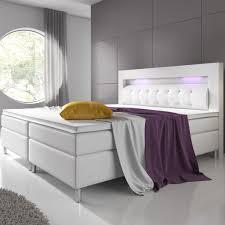 boxspringbett montana 140 x 200 cm weiß komplett set mit matratze und topper led licht im kopfteil bett aus kunstleder und holz modern