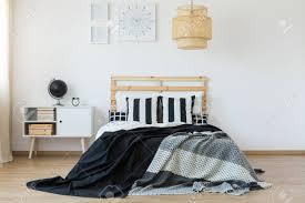 bett mit bettkopf aus holz in schwarz weiß schlafzimmer