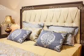 luxus modernen stil schlafzimmer in gelb und blautönen interieur aus einem hotel schlafzimmer kissen mit einem muster ornament stockfoto und mehr