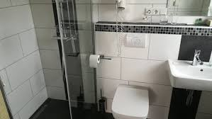 bad mit wc und begehbarer dusche das bad verfügt über