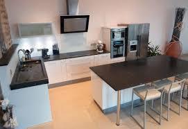 table de travail cuisine impressionné table de travail cuisine selon jaune extérieur mur