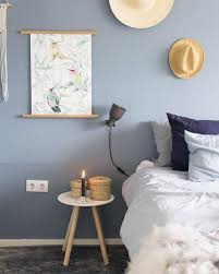 gemütliches schlafzimmer in der trendfarbe blau blaues