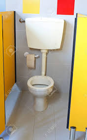 kleine toilette mit toilettenpapierrolle im bad einem kindergarten für kinder