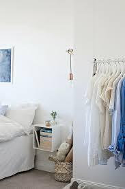 hängende kleiderstange im schlafzimmer bild kaufen