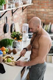 hübscher hemdloser mann in der küche kostenlose foto